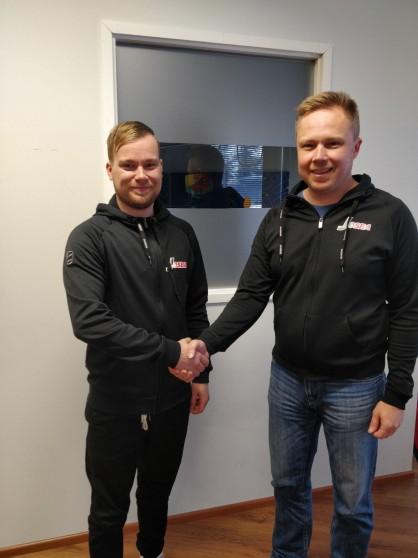 Uusi seuratyöntekijä Niko Ollilainen ja Josba Juniorit Ry puheenjohtaja Jarkko Ronkainen iloisissa tunnelmissa sopimuksen allekirjoituksen jälkeen.